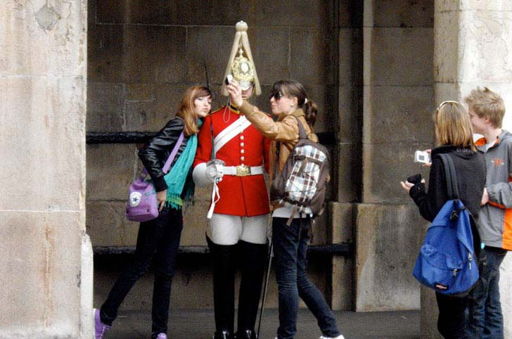 10-hilarious-tourist-photos-dropped-jaws_13