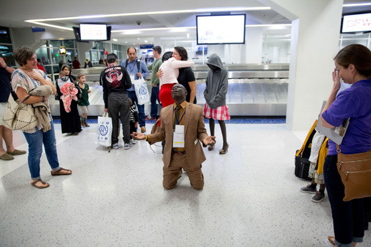 this-man-collapsed-at-an-airport-when-he-saw-who-was-waiting-for-him_17