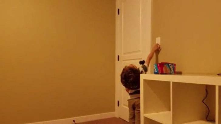 this-woman-helped-a-little-boy-overcome-his-fear-of-sleeping-alone-by-painting-an-awesome-galaxy-in-his-room_7