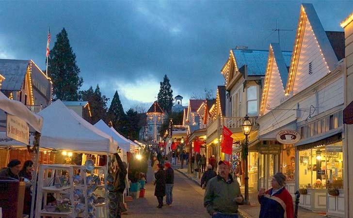 top-10-us-towns-with-huge-christmas-celebrations_4